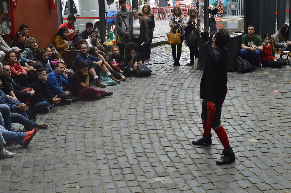 Ator Gabriel Marin como Mercutio (Mercúcio) no espetáculo O Mundo é um Palco no Festival de Teatro de Curitiba - FRINGE. Local: Memorial de Curitiba
