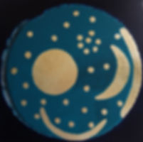 Kleine Himmelsscheibe von Nebra 60 x 60 nachtblau, blau, Blattgold - Raubgräber fanden 1999 auf dem Mittelberg nahe der Stadt Nebra in Sachsen-Anhalt diese Himmelsscheibe. Sie besteht aus Bronze und ist mit Gold-Applikationen versehen. Offenbar stellt sie astronomische Phänomene und religiöse Symbole dar. Ihr Alter wird auf ca. 3700 bis 4100 Jahre geschätzt und soll in der frühen Bronzezeit Mitteleuropas vergraben worden sein. Seit 2013 gehört sie zum UNESCO-Weltkulturerbe.