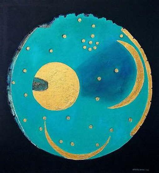 Himmelsscheibe von Nebra 140 x 130 nachtblau, azurblau, Blattgold - Raubgräber fanden 1999 auf dem Mittelberg nahe der Stadt Nebra in Sachsen-Anhalt diese Himmelsscheibe. Sie besteht aus Bronze und ist mit Gold-Applikationen versehen. Offenbar stellt sie astronomische Phänomene und religiöse Symbole dar. Ihr Alter wird auf ca. 3700 bis 4100 Jahre geschätzt und soll in der frühen Bronzezeit Mitteleuropas vergraben worden sein. Seit 2013 gehört sie zum UNESCO-Weltkulturerbe.