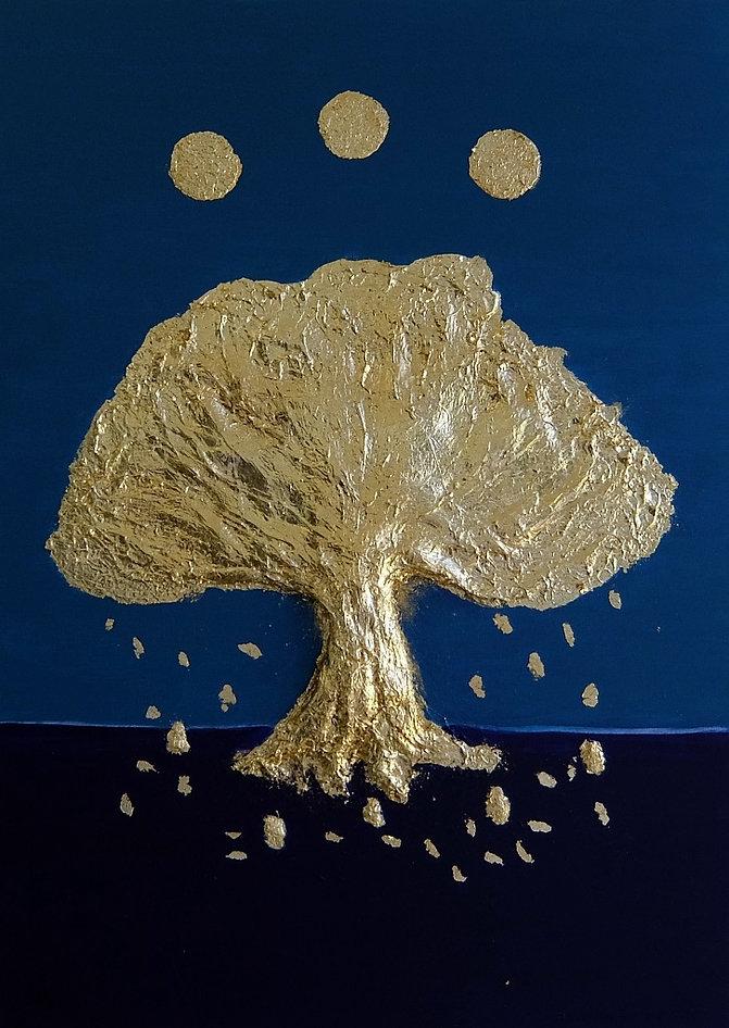 lebensbaum 70 x 50 Blautöne, Palmfaser, Papier und Blattgold - Auftragsarbeit:    Der Lebensbaum (oderWeltenbaum) ist ein in der Religionsgeschichte verbreitetes Symbol und Mythenmotiv, das mit mythologisch-religiösen Umdeutungen vonBaumkulten(heilige Bäume) undFruchtbarkeitssymbolik zusammenhängt.    Der Lebensbaum gehört zurMythologievieler Völker und ist ein altes Symbol der kosmischen Ordnung. Er steht alsWeltachse(axis mundi) im Zentrum der Welt. Seine Wurzeln reichen tief in die Erde und seine Wipfel berühren oder tragen den Himmel. Somit verbindet er die drei EbenenHimmel,ErdeundUnterwelt.