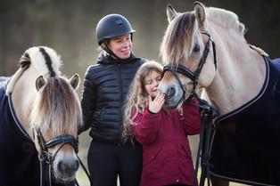 Mor og datter med hest, Førde