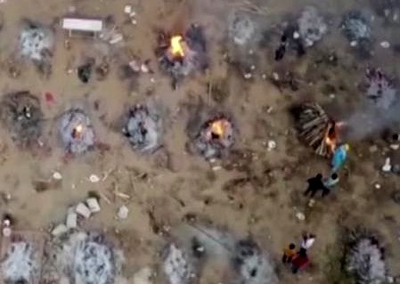 Dron capta la incineración de personas que murieron por COVID en la India