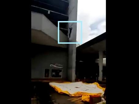 Momento en que sujeto se lanza al vacío en Zapopan, Jalisco
