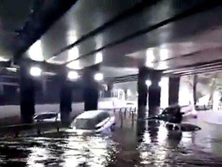 Se inunda importante vialidad de Satélite…Patricia Durán Reveles, ni en cuenta