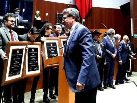 """Alex Lora hace su clásico grito """"Viva México cabrones"""" en el Senado de la República"""