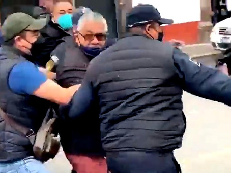 Comerciantes corren a patadas al alcalde de Santiago Tianguistenco, Alfredo Baltazar Villaseñor