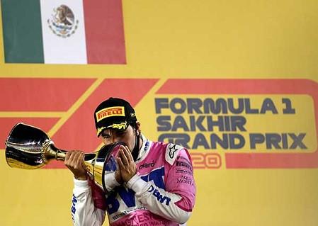 """Sergio """"Checo"""" Pérez gana la Fórmula 1, y rompe en llanto al escuchar el Himno Nacional"""