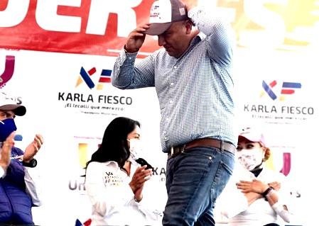 Marko Galindo hunde a Karla Fiesco