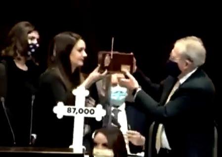 Martha Romo Cuéllar, le entrega urna para cenizas a Jorge Alcocer