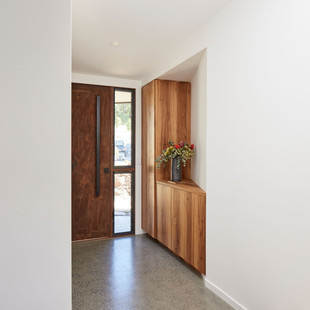 This Japanese inspired entry offers storage and style, utilising Blackbutt joinery and a polished concrete floor stepping up to the Blackbutt floor of the Living Pavilion. Photography by www.philgallagher.com
