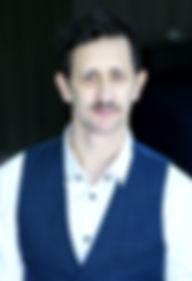 ++_moustache_gilet_bleu_sourire_légè