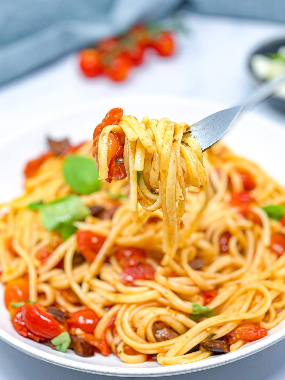 15 MINUTES FRESH TOMATO PASTA in fork