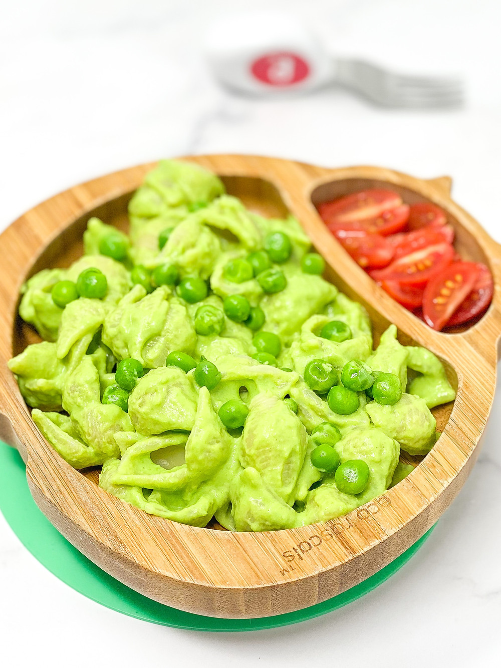 15 MINUTES CREAMY PEAS PASTA with bamboo plate