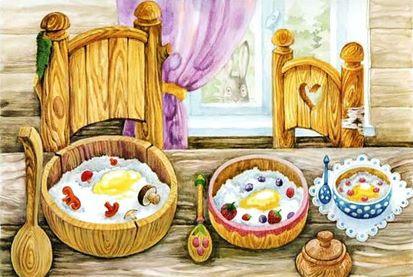три тарелки с едой на столе в домике мед