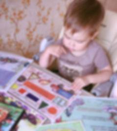мальчик читает 1 выпуск журнала Юморашка и смотрит рисунки