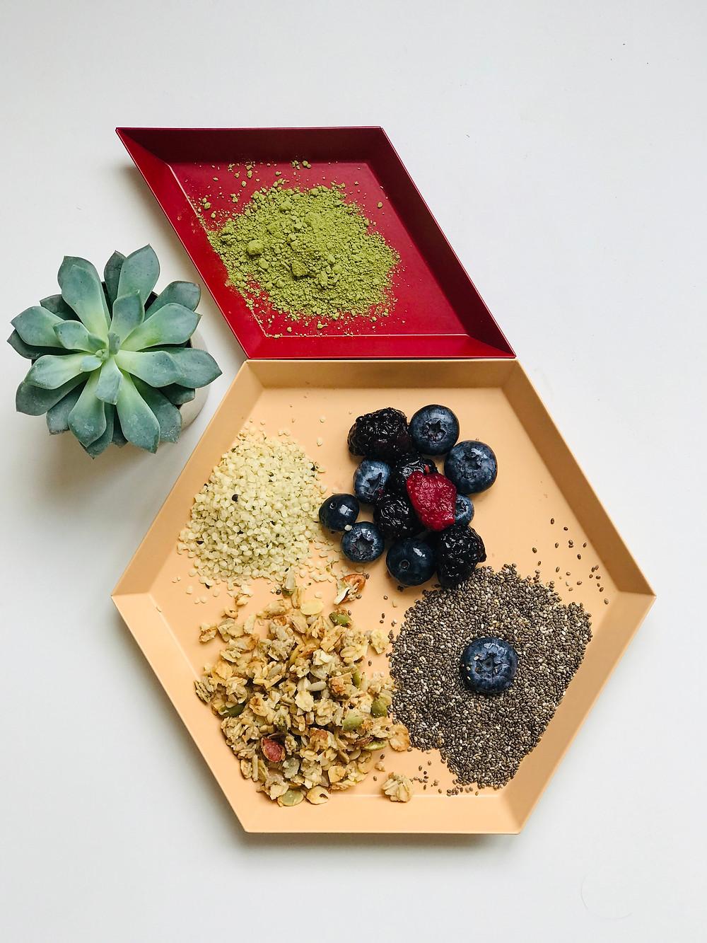 Τα συστατικά για την πουτίγκα μάτσα με σπόρους τσία.