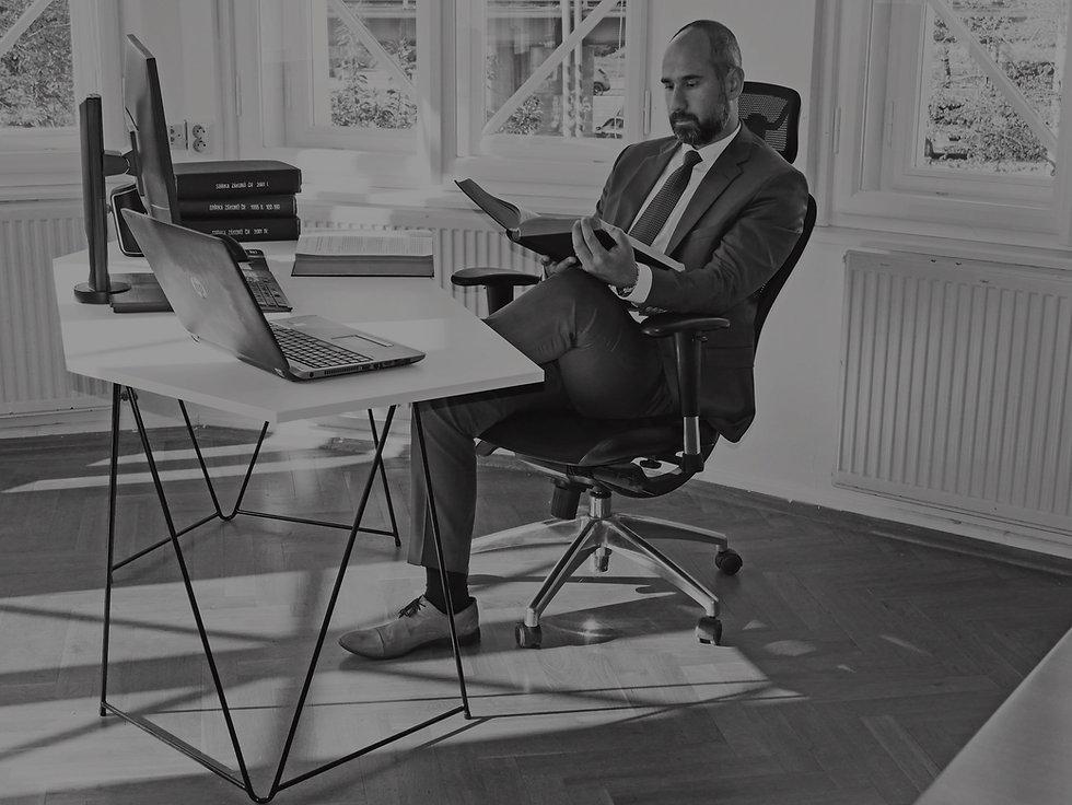 Advokát Zoltán Duna při práci ve své kanceláři