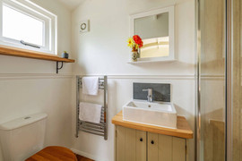 Shepherds Hut with Ensuite Bathroom (10)