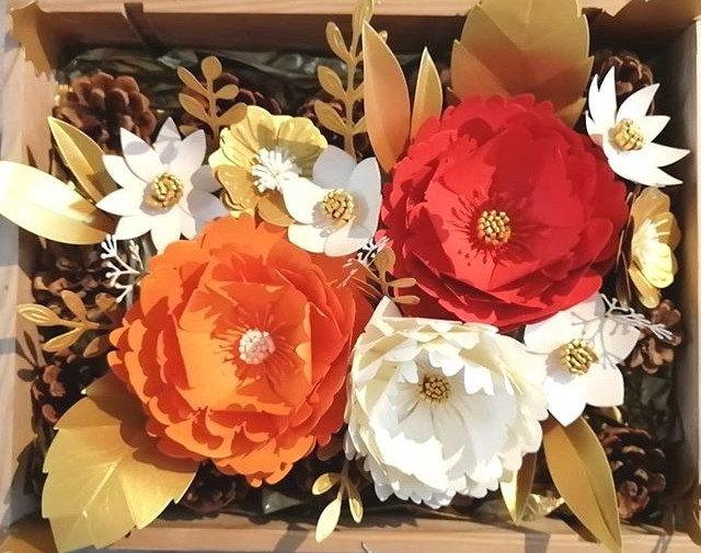 Caixa de madeira com flores de papel