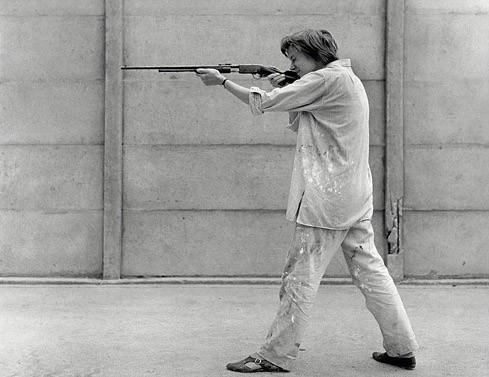 Niki de Saint Phalle skjuter på gammal mästare med salongsgevär, Impasse Ronsin, 15 juni, 1961