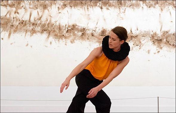 I think not, koreografi av Deborah Hay tolkat av Anna Pehrsson, dansare