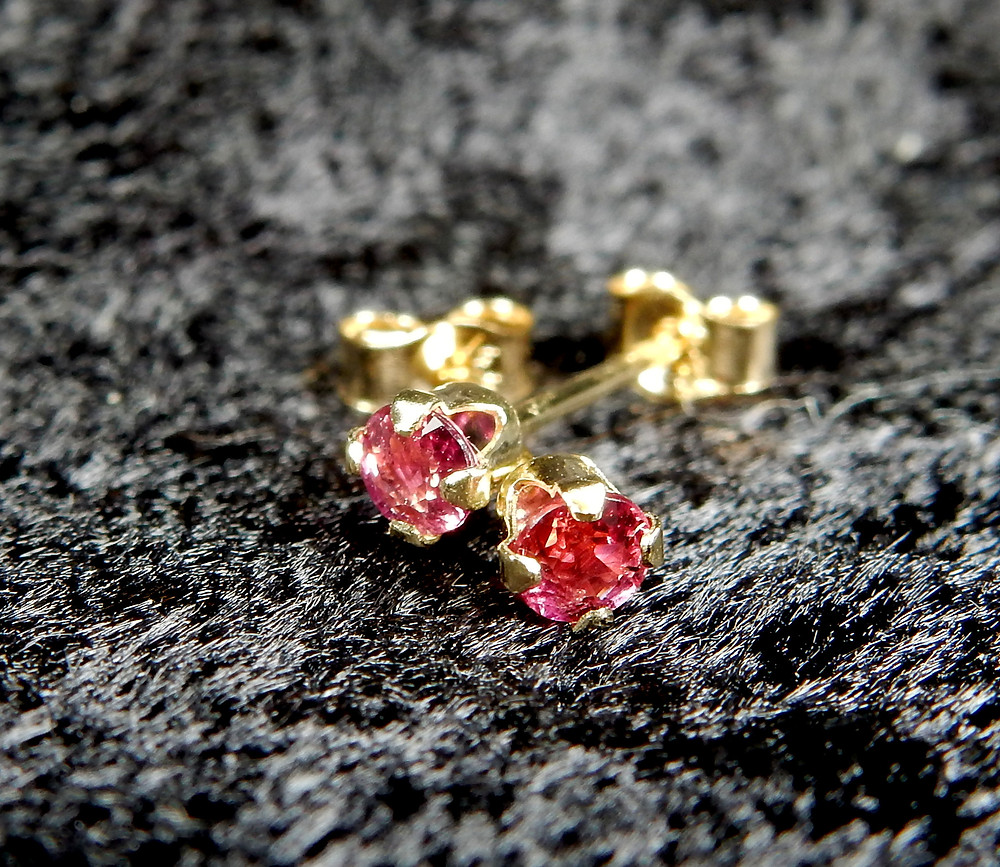 3 mm round high quality rubies in 14 kt gold, from shop.