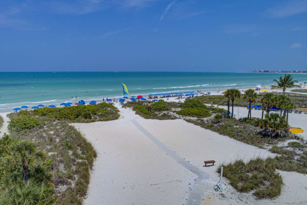 New Listing on Private Beach, Updated, WiFi, 4th Fl, 2 Heated Pools, Outdoor Showers, Elevator