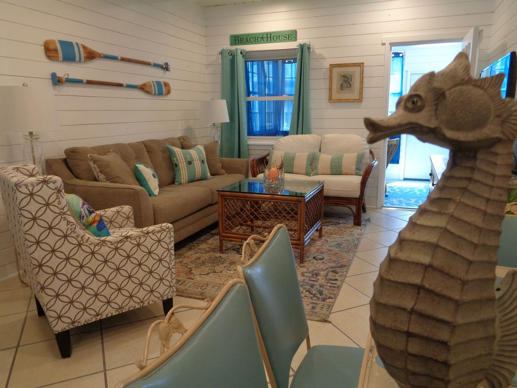 VINTAGE BEACH COTTAGE,90 SECOND WALK TO BEACH, ONE LEVEL, LOTS OF PARKING!