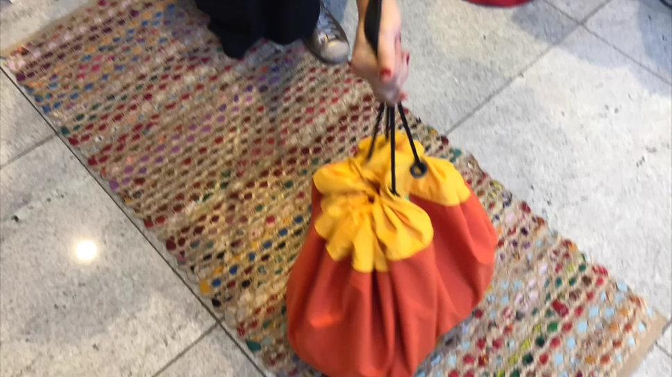Modo de usar a bolsa para organizar brinquedos