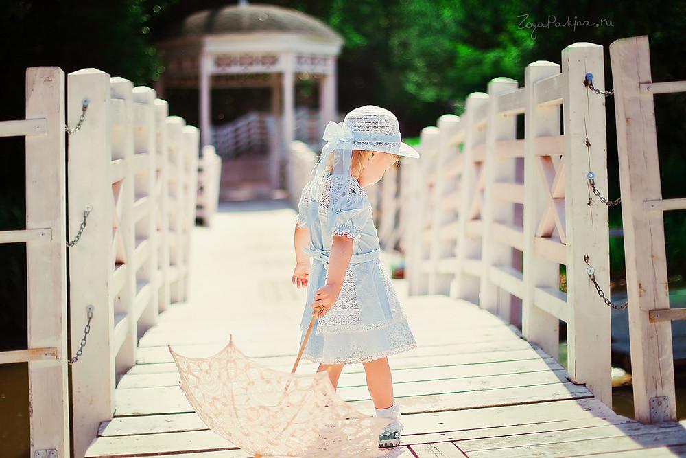 Девочка с зонтиком. Детская фотосессия в Ботаническом саду.