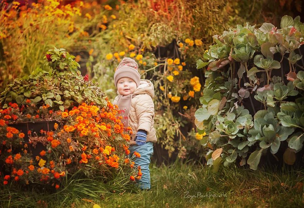 """Детская фотосессия в саду """"Эрмитаж"""". Мальчик в цветах."""