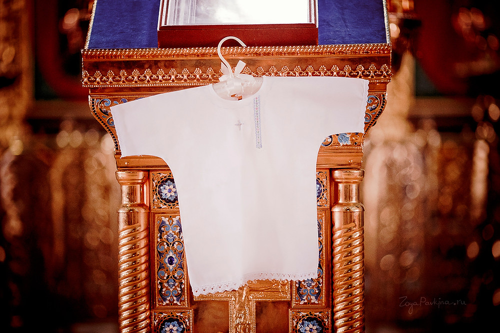 Крестильная рубашка на вешалке