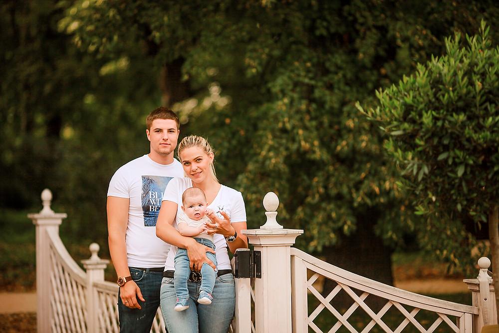 Папа, мама и малыш в джинсах и белых футболках. Аптекарский огород.