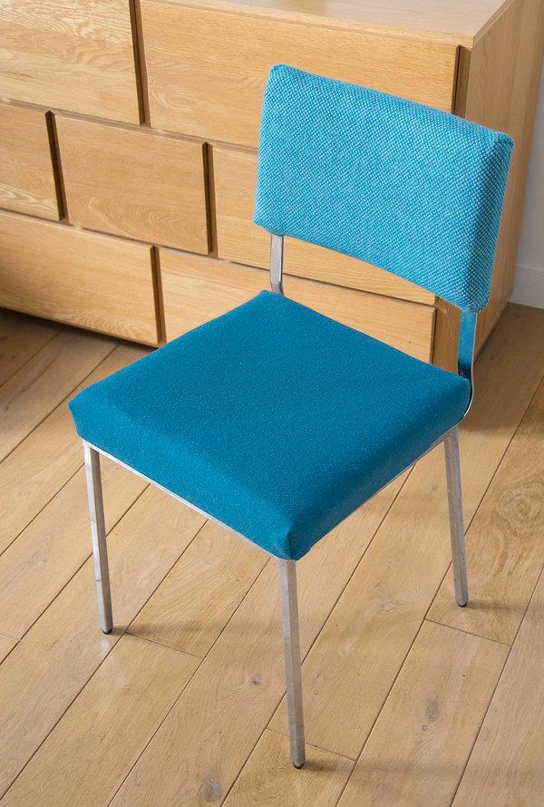 Chaise design pieds metal bleu
