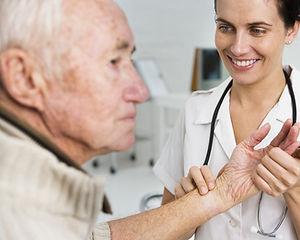 Tager pulsen på en ældre patient