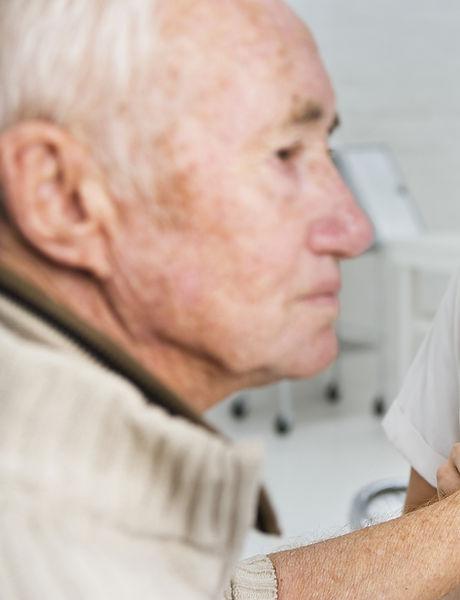 Tomando o pulso de um paciente mais velh