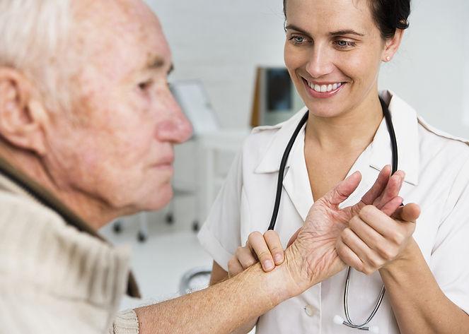Tomar el pulso de un paciente de edad av