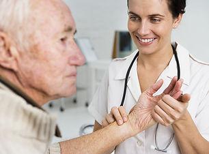 Tomar el pulso de un paciente de edad avanzada