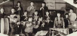 7. 音楽部 (1958年) ♪小池純世先生 (右)