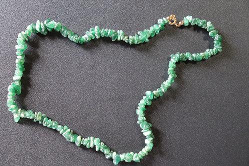 Colar em Cascalho e pedra Quartzo Verde