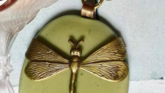 Collana con ciondolo  in vetrofuso e libellula