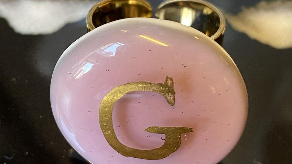 Anello in vetrofuso di Murano rosa con G