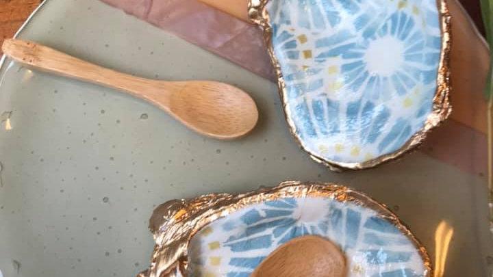 Coppia portasale , coppia di conchiglie decorate con cucchiani