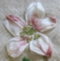De kerstroos in handgeverfd zijdelint.