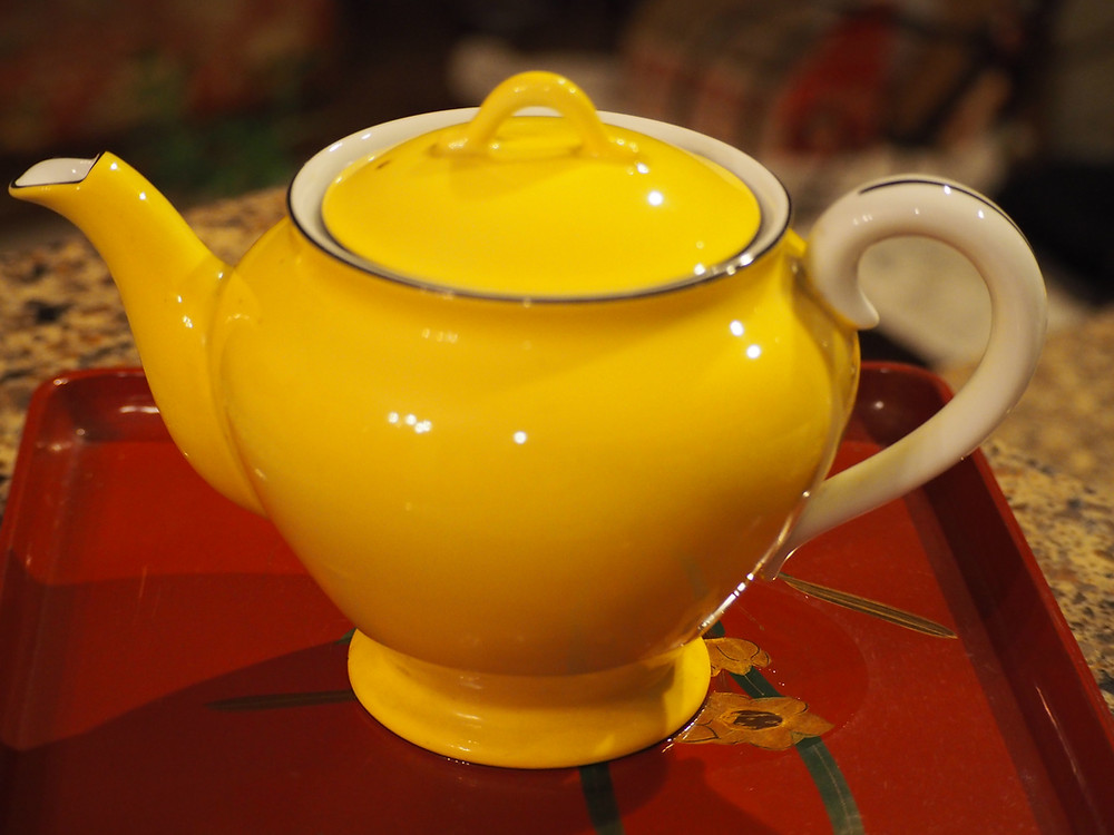 such a modern yellow tea pot, but it was made in taisho era., and kept in very good condition. The color of yellow with sky blue trimming, never ages. Since ceramic, by TOYO TOKI (current Noritake) made in Japan