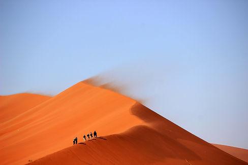 people_walking_on_desert-scopio-f8768e60-ff35-4bfa-afc6-ad182e3c3507.jpg