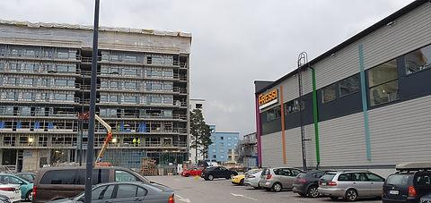 Hotellin rakennustyömaa Myyrmäessä Fressin parkkipaikalta katsottuna
