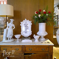 Arreglo floral de rosas rojas y blancas.