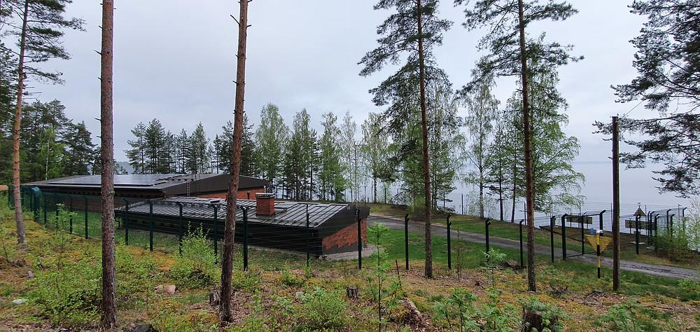 Kuvassa vedenottamo, sekä Päijännetunnelin alkupää. Tunnelin alku on kuvassa olevien kahden keltaisenmerkin välistä katsoen n 360 m päässä järvellä.  Päivännetunneli tuo pääkaupunkialueella, myös Vantaalla. käytettävän juomaveden Silvolan tekoaltaaseen mistä se lukuisten jatkokäsittelyiden kautta tulee koteihimme.Tämäkin on tärkeä julkinen palvelu.