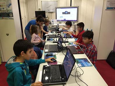 Niños aprendidendo a programar en SCRATCH